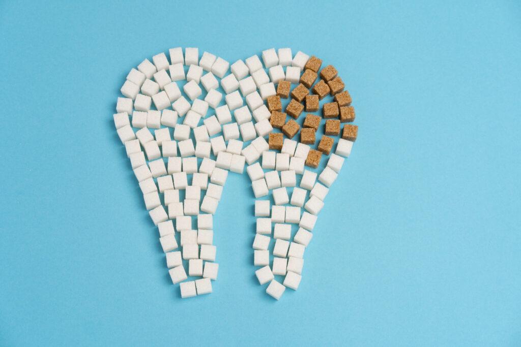 Gaatjes worden veroorzaakt door suiker.